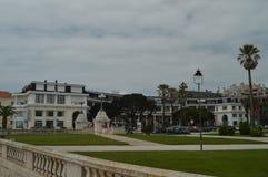 Kwiecie? 15, 2014 Estoril, Cascais, Sintra, Lisbon, Portugalia Malowniczy I Luksusowi budynki W blisko?ci Uroczysty zdjęcia royalty free