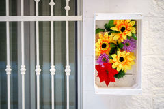 Kwiecista dekoracja obok południowego drzwi Fotografia Royalty Free