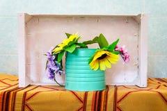 Kwiecista dekoracja z sztucznych kwiatów Obraz Stock