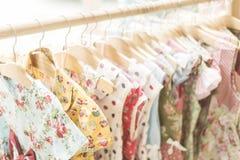 Kwiecista deseniowa młoda dziewczyna ubiera w sklepie Fotografia Stock