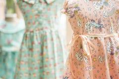 Kwiecista deseniowa młoda dziewczyna ubiera w sklepie Zdjęcia Stock