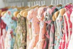 Kwiecista deseniowa młoda dziewczyna ubiera w sklepie Fotografia Royalty Free