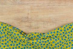 Kwiecista deseniowa sukienna pielucha na pustym drewnianym tle Zdjęcie Royalty Free