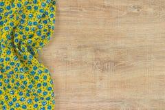 Kwiecista deseniowa sukienna pielucha na pustym drewnianym tle Fotografia Royalty Free