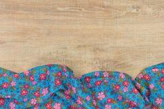 Kwiecista deseniowa sukienna pielucha na pustym drewnianym tle Obrazy Stock