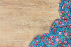 Kwiecista deseniowa sukienna pielucha na pustym drewnianym tle Obrazy Royalty Free