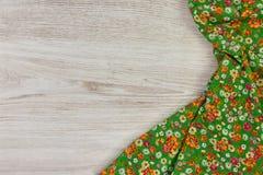 Kwiecista deseniowa sukienna pielucha na pustym drewnianym tle Zdjęcia Royalty Free