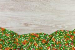 Kwiecista deseniowa sukienna pielucha na pustym drewnianym tle Obraz Royalty Free