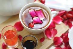 Kwiecista herbata z różanymi płatkami i owocowym sokiem obraz royalty free