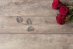 Kwiecista rama z czerwonymi różami na drewnianym tle Projektująca marketingowa fotografia kosmos kopii Poślubiający, prezent kart Obrazy Royalty Free