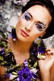 Kwiecista twarzy sztuka z anemonem w biżuterii, zmysłowa młoda brunetka Obrazy Royalty Free