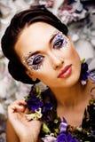 Kwiecista twarzy sztuka z anemonem w biżuterii, zmysłowa młoda brunetka Fotografia Royalty Free