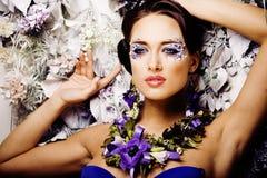 Kwiecista twarzy sztuka z anemonem w biżuterii, zmysłowa młoda brunetka Obraz Royalty Free