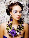 Kwiecista twarzy sztuka z anemonem w biżuterii, zmysłowa młoda brunetka Zdjęcie Stock