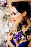 Kwiecista twarzy sztuka z anemonem w biżuterii, zmysłowa młoda brunetka Fotografia Stock