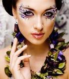 Kwiecista twarzy sztuka z anemonem w biżuterii, zmysłowa młoda brunetka Zdjęcia Stock