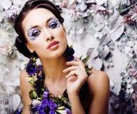Kwiecista twarzy sztuka z anemonem w biżuterii, zmysłowa młoda brunetka Obrazy Stock