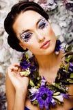 Kwiecista twarzy sztuka z anemonem w biżuterii, zmysłowa młoda brunetka Obraz Stock