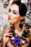 Kwiecista twarzy sztuka z anemonem w biżuterii, zmysłowa młoda brunetka Zdjęcie Royalty Free