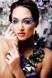 Kwiecista twarzy sztuka z anemonem w biżuterii, zmysłowa młoda brunetka Zdjęcia Royalty Free