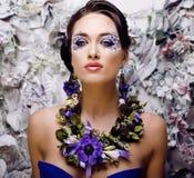 Kwiecista twarzy sztuka z anemonem w biżuterii, zmysłowa młoda brunetki kobieta Zdjęcie Royalty Free