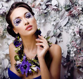Kwiecista twarzy sztuka z anemonem w biżuterii, zmysłowa młoda brunetki kobieta Obrazy Royalty Free