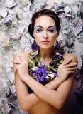 Kwiecista twarzy sztuka z anemonem w biżuterii, zmysłowa młoda brunetki kobieta Obraz Stock