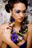 Kwiecista twarzy sztuka z anemonem w biżuterii, zmysłowa młoda brunetki kobieta Zdjęcia Royalty Free