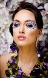 Kwiecista twarzy sztuka z anemonem w biżuterii, zmysłowa młoda brunetki kobieta Fotografia Stock