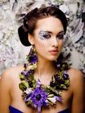 Kwiecista twarzy sztuka z anemonem w biżuterii, zmysłowa młoda brunetki kobieta Zdjęcia Stock