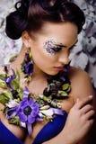 Kwiecista twarzy sztuka z anemonem w biżuterii, zmysłowa młoda brunetki kobieta w studia zakończeniu up Obrazy Royalty Free