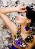 Kwiecista twarzy sztuka z anemonem w biżuterii, zmysłowa młoda brunetki kobieta w studia zakończeniu up Obraz Royalty Free