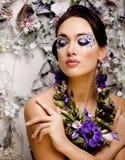 Kwiecista twarzy sztuka z anemonem w biżuterii, zmysłowa młoda brunetki kobieta w studia zakończeniu up Fotografia Royalty Free