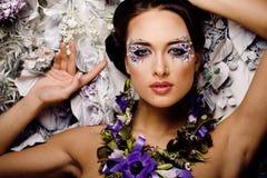 Kwiecista twarzy sztuka z anemonem w biżuterii, zmysłowej Obraz Royalty Free