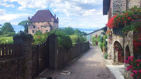Kwiecista wioska i Średniowieczny kasztel Yvoire, Francja - fotografia stock