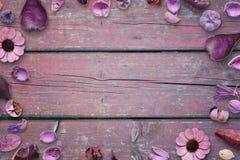 Kwieciste dekoracje na menchiach, purpurowy drewniany biurko z bezpłatną przestrzenią w środku dla, teksta, fotografii lub produk Obraz Stock