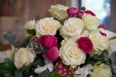 Kwieciste dekoracje przy ślubną ceremonią Bouquette róże zdjęcia stock