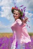 kwiecistej dziewczyny szczęśliwy wianek obrazy stock
