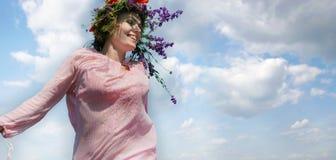 kwiecistej dziewczyny szczęśliwy wianek zdjęcie stock