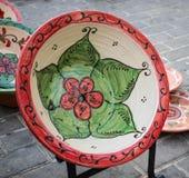 Kwiecisty dekoracyjny talerz w średniowiecznym rynku zdjęcie royalty free