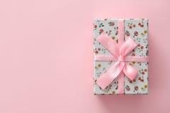 Kwiecisty deseniowy prezenta pudełko na różowym tle Zdjęcia Stock