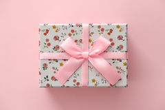 Kwiecisty deseniowy prezenta pudełko na różowym tle Obraz Stock