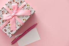 Kwiecisty deseniowy prezenta pudełko na różowym tle Obrazy Stock