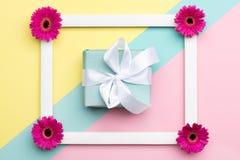 Kwiecisty mieszkanie kłaść z pięknym teraźniejszym kartka z pozdrowieniami Szczęśliwego Macierzystego ` s dnia, kobiet ` s, dnia, Zdjęcie Stock