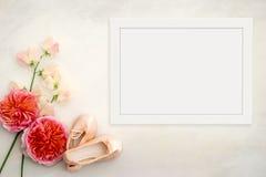 Kwiecisty mockup projektował akcyjną fotografię z biel ramą Fotografia Royalty Free