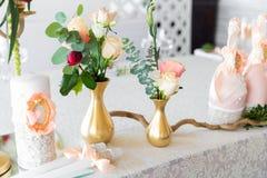 Kwiecisty przygotowania dekorować ślubną ucztę panny młodej, i Fotografia Stock