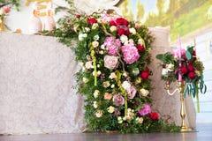 Kwiecisty przygotowania dekorować ślubną ucztę panny młodej, i Zdjęcia Royalty Free