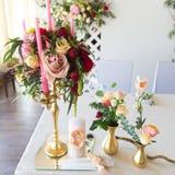 Kwiecisty przygotowania dekorować ślubną ucztę panny młodej, i Fotografia Royalty Free