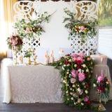 Kwiecisty przygotowania dekorować ślubną ucztę panny młodej, i Obraz Stock