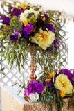 Kwiecisty przygotowania dekorować ślubną ucztę panny młodej, i Obrazy Stock